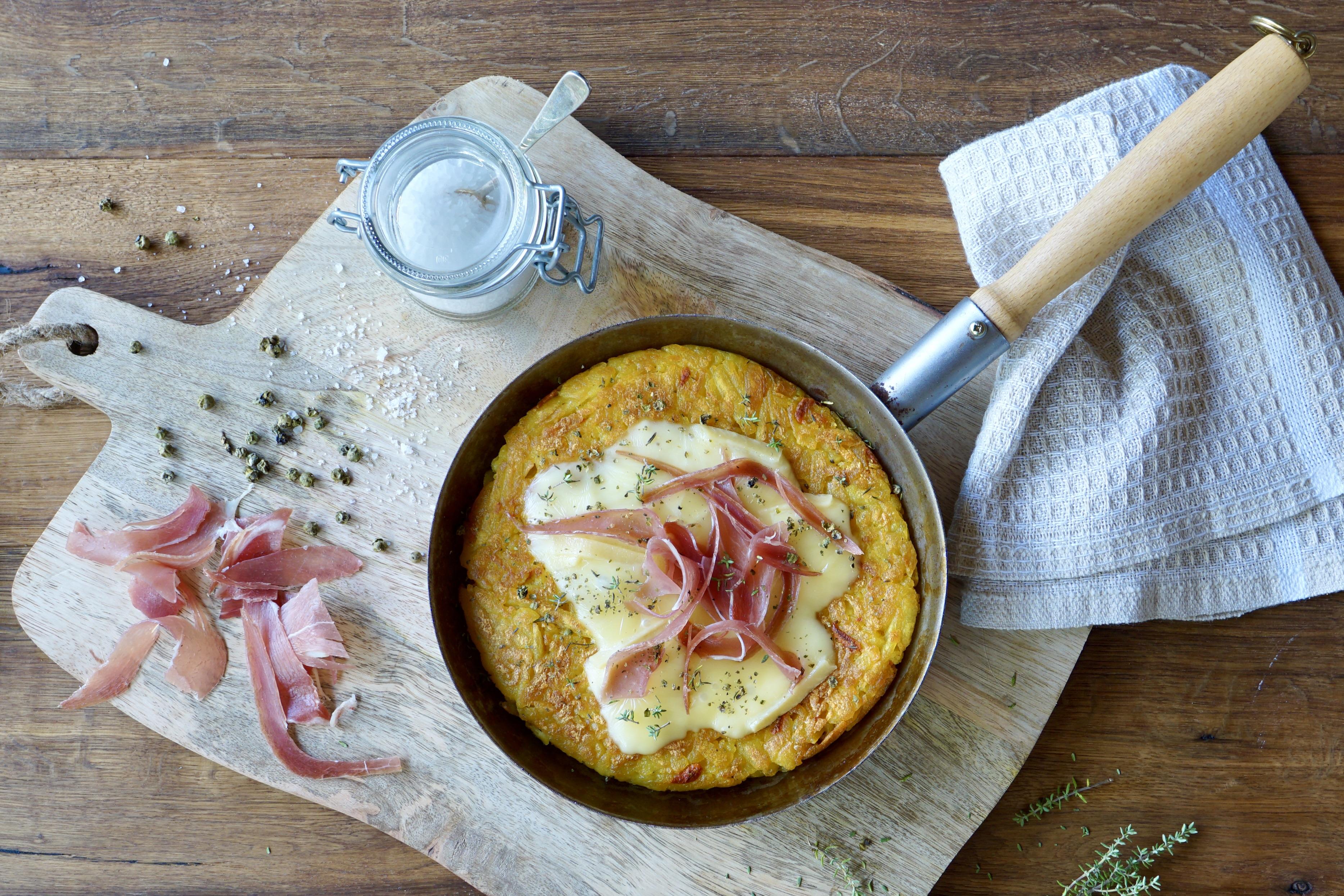 Raclette-Kurkuma-Rösti mit Rohschinken